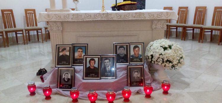 Svetom misom i paljenjem svijeća Košućani odali počast žrtvi Vukovara i Škabrnje te Košućanima koji su položili živote na Oltar Domovine (fotogalerija)