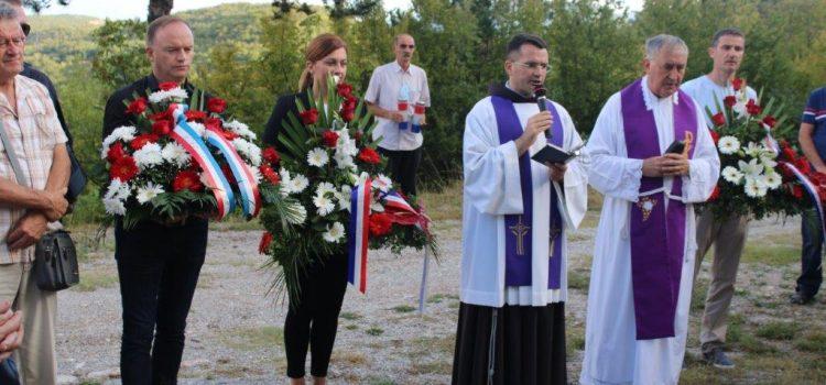 FOTOGALERIJA: Molitvom odrješenja i svetom misom obilježena 77. obljetnica strašnog pokolja Košućana, Turjačana i Brnažana na Kukuzovcu